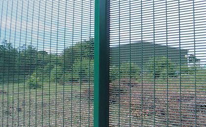Serried horizontal wire mesh fence