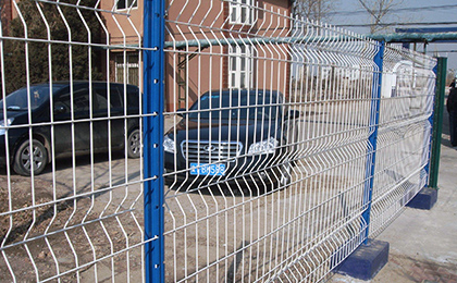 Fence with triangel bends